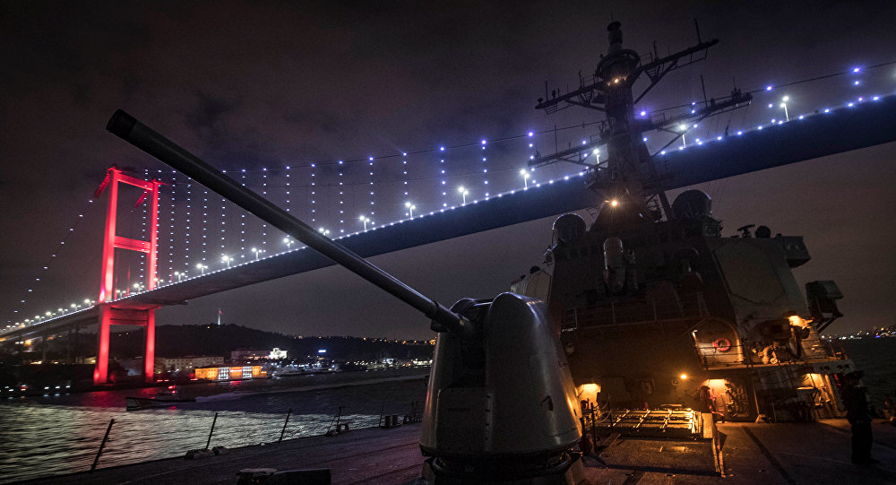 El buque USS Donald Cook transita por el estrecho del Bósforo en ruta hacia el Mar Negro
