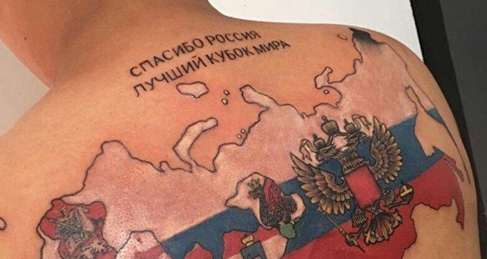 El tatuaje de Bryan Badillo dice en ruso: Gracias Rusia por la mejor Copa del Mundo