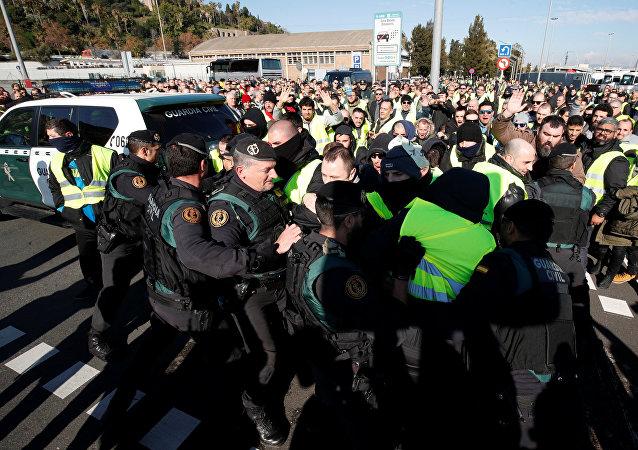 Enfrentamientos entre policías y taxistas durante la huelga en Barcelona