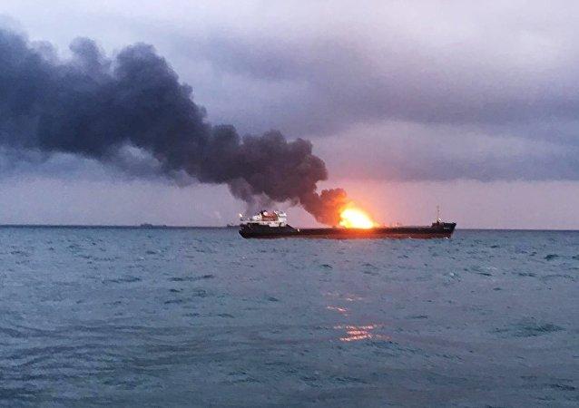 Incendio en un buque tanzano en el estrecho de Kerch