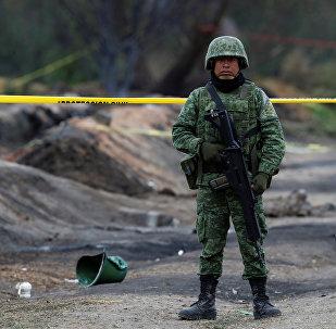 Un militar mexicano en el lugar de la explosión del ducto en Tlahuelilpan