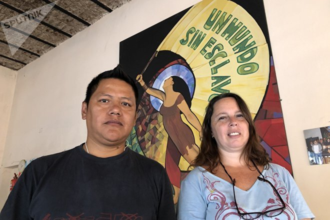 Fidel Daza Castellanos, inmigrante de Bolivia que vivió la explotación laboral en talleres clandestinos argentinos, junto con Tamara Rosemberg, fundadora de La Alameda y secretaria de la cooperativa textil del mismo nombre,