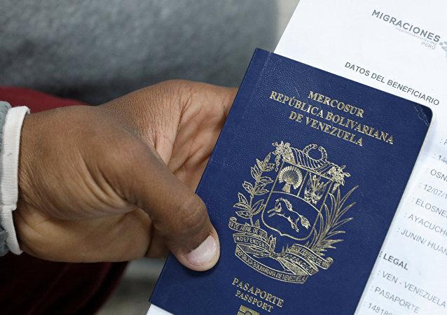 Un migrante venezolano muestra su pasaporte