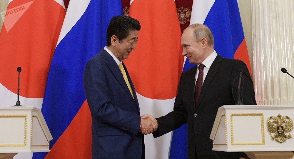 Putin y Abe se comprometen a firmar la paz