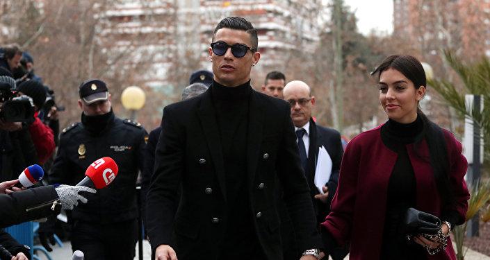 Cristiano Ronaldo, el futbolista portugués, con su chica