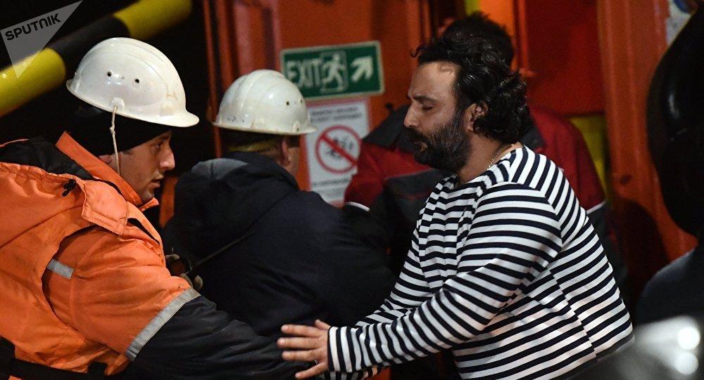 El rescate de los marineros extranjeros de los barcos ardientes en el mar Negro