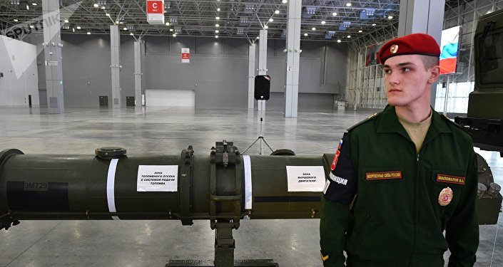 Un soldado ruso resguarda el misil 9M729 durante su exposión