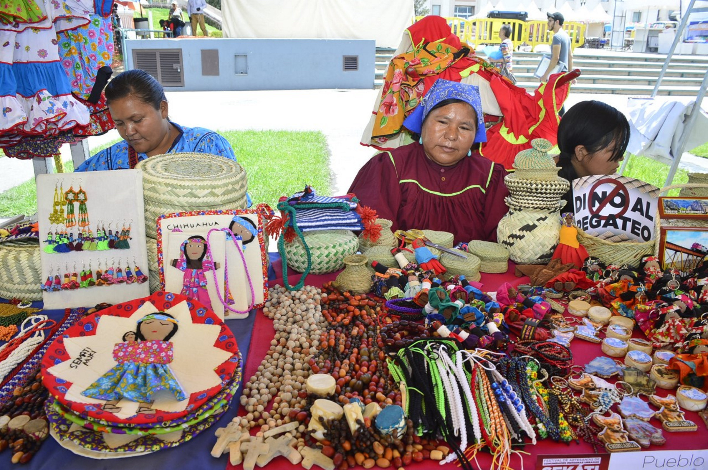 Mujeres indígenas venden productos artesanos en las calles de Ciudad de México