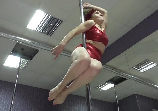 Esta mujer rusa practica baile en la barra a sus 65 años
