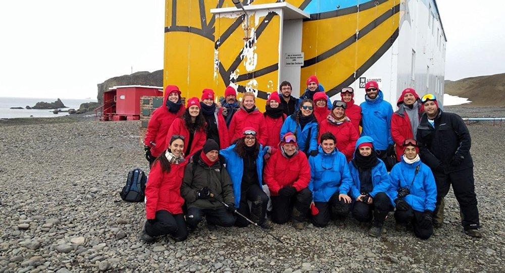 Grupo de estudiantes y docentes de la Facultad de Ciencias de la Universidad de la República que viajó a la Antártida en 2019