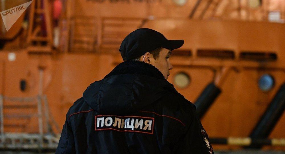 Un policía en el puerto de Kerch tras el incendio de buques