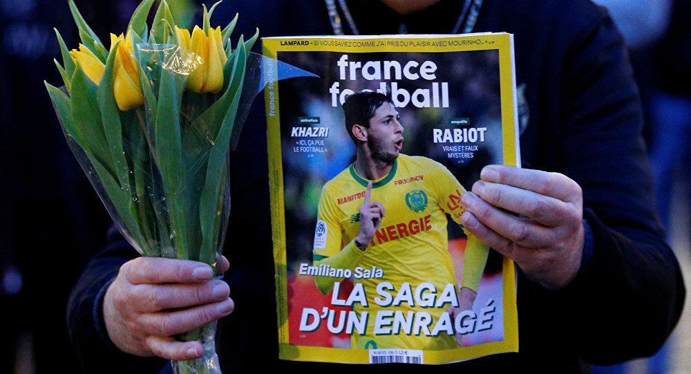 Una persona con retrato de Emiliano Sala, el futbolista argentino y uno de los ocupantes del vuelo Nantes-Cardiff