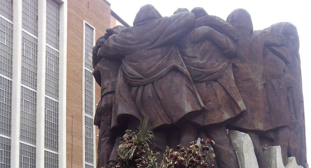 El monumento El Abrazo, en la plaza de Antón Martín