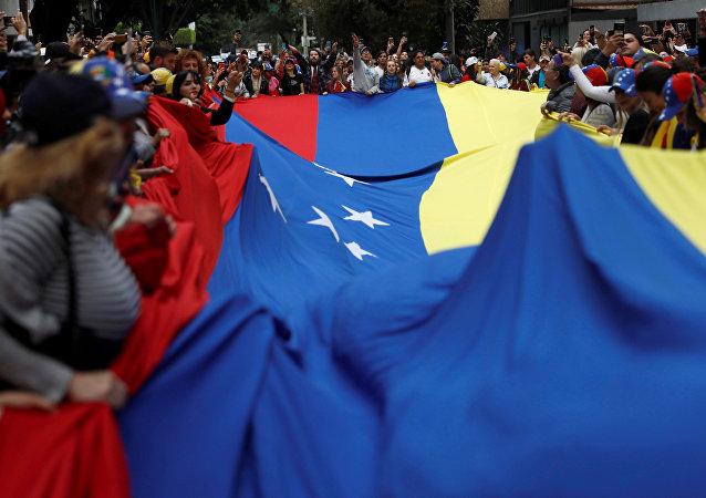 Personas con la bandera de Venezuela durante las protestas
