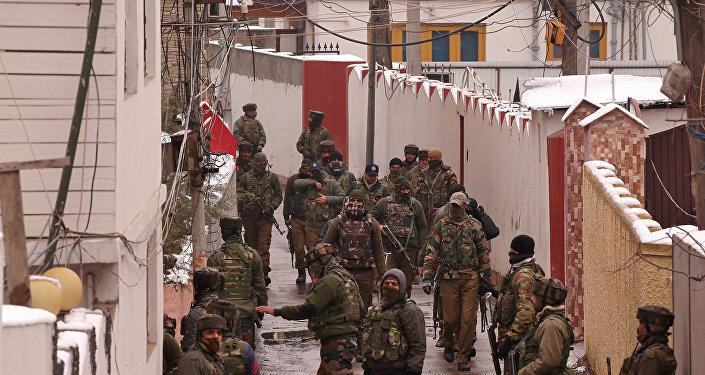 Fuerzas de seguridad de la India acordonan el área en un presunto escondite terrorista en Cachemira (archivo)