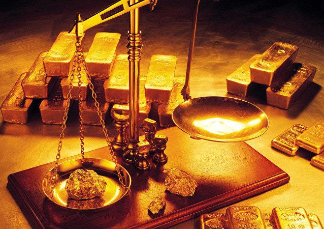 Lingotes de oro y balanza