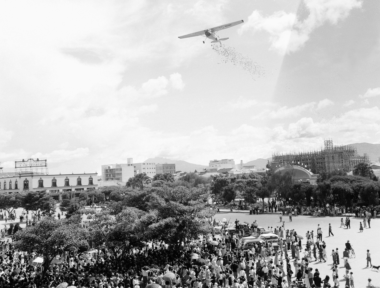 Una avioneta lanza folletos sobre la ciudad de Guatemala, en 1954