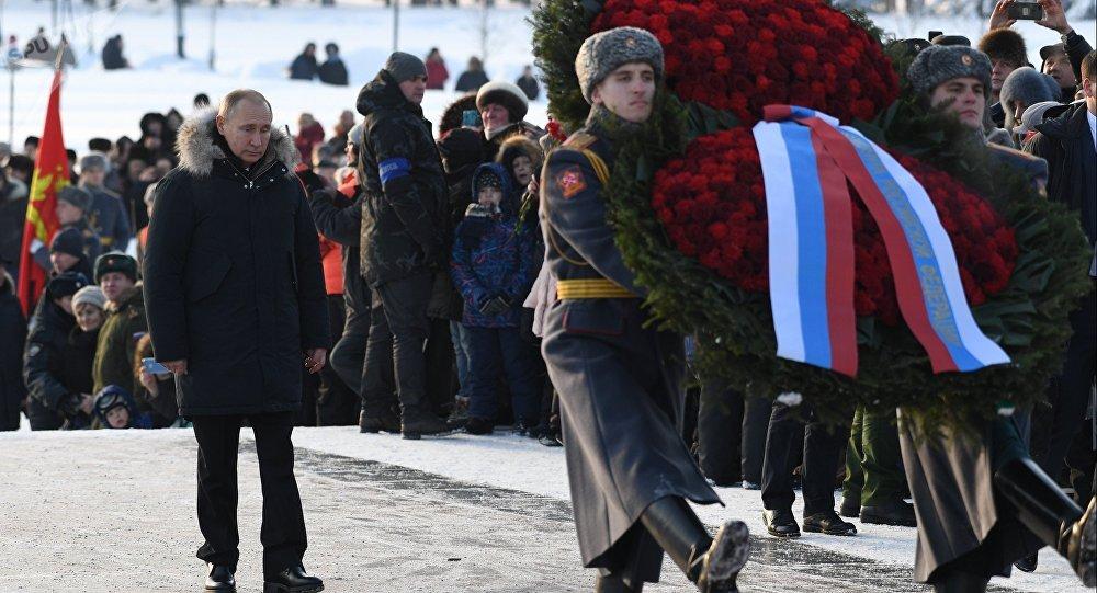 Vladímir Putin, presidente de Rusia, hace ofrenda floral en el 75 aniversario del fin del sitio de Leningrado