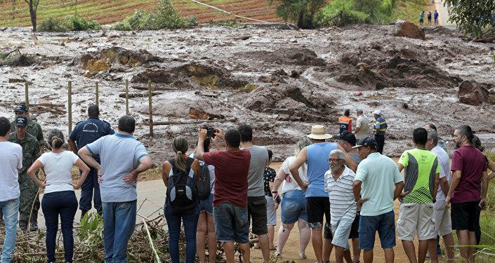 La gente viendo el alud de lodo en Brumadinho, Brasil