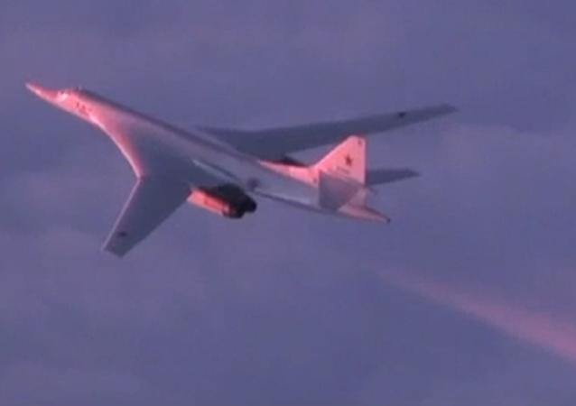 Un Tu-160 atraviesa el Ártico al amanecer
