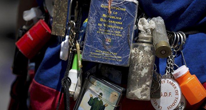 Una pequeña copia de la Constitución de Venezuela, expuesta durante las manifestaciones de la oposición en Caracas (archivo)