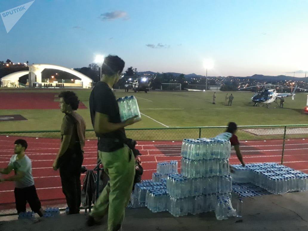 Bomberos y voluntarios colaboran para hacer llegar agua y alimentos a los evacuados de Brumadinho