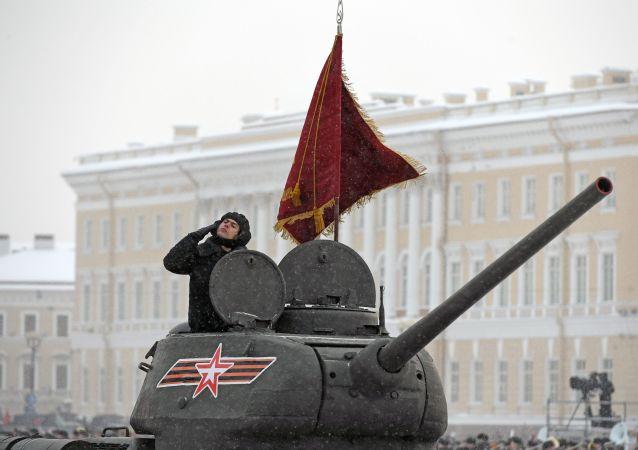 Un desfile para celebrar el 75 aniversario del levantamiento del sitio de Leningrado