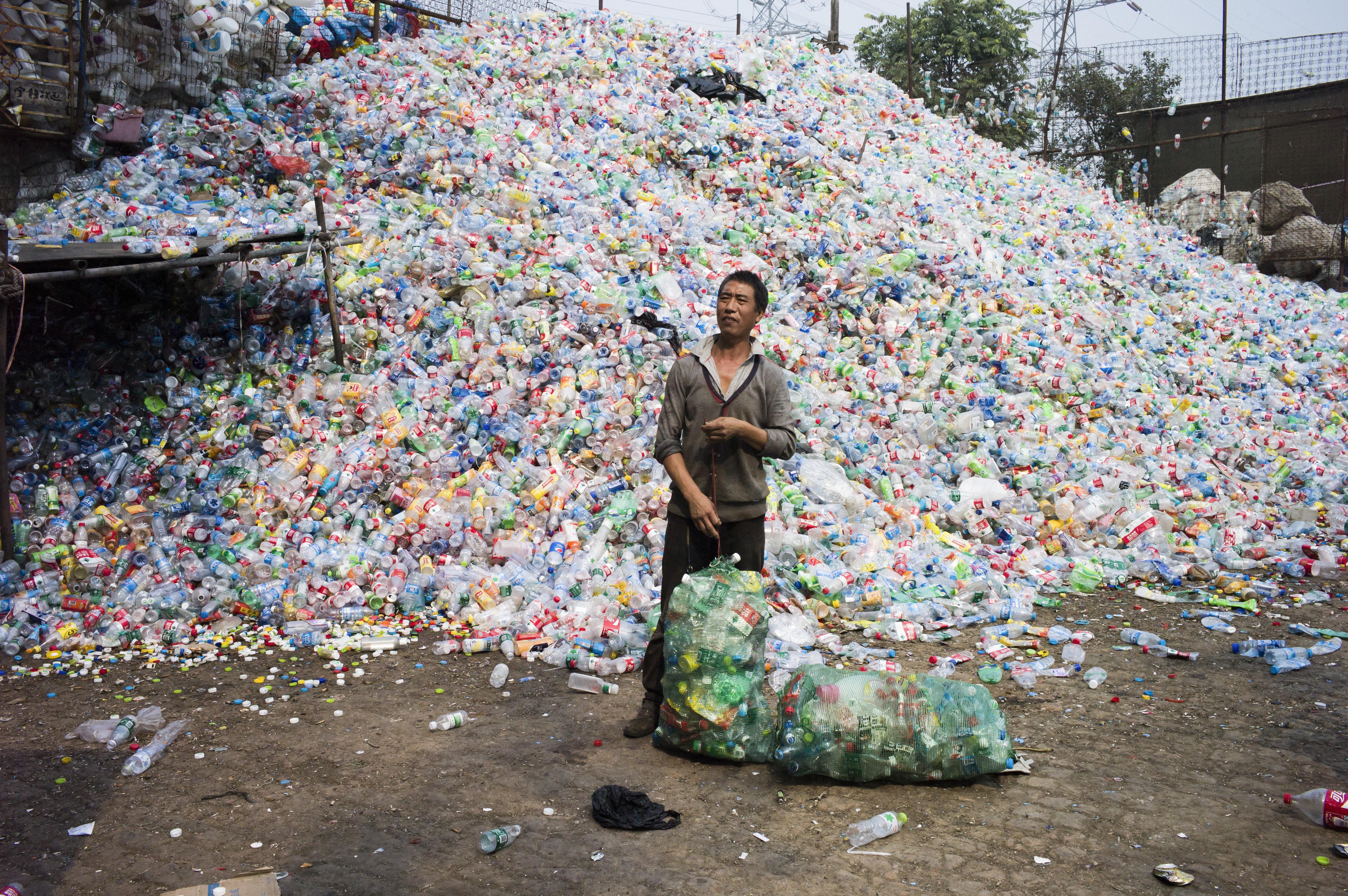 Un chino recicla botellas de plástico en el pueblo de Dong Xiao Kou, a las afueras de Pekín (China)