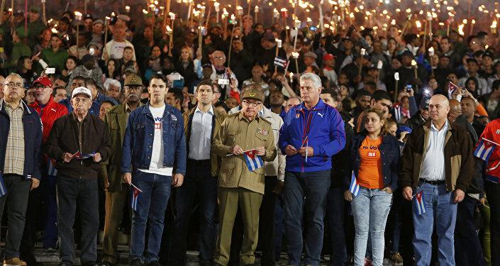 El general Raúl Castro y el presidente de Cuba, Miguel Díaz-Canel, participan en la Marcha de las Antorchas