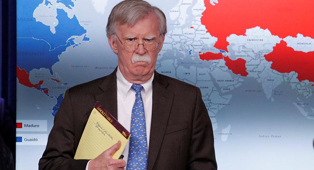 John Bolton, asesor de Seguridad Nacional de la Casa Blanca con su libreta amarilla con las palabras 5.000 soldados en Colombia