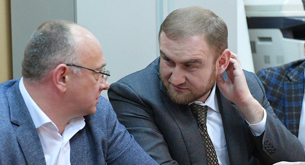 Rauf Arashukov, senador de Karacháyevo-Cherkesia (a la derecha)