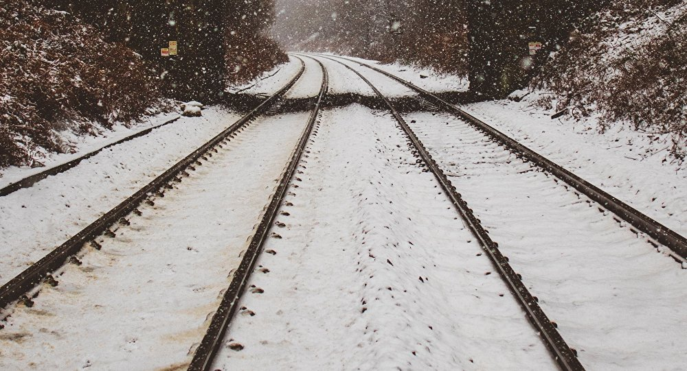 Vías de tren nevadas