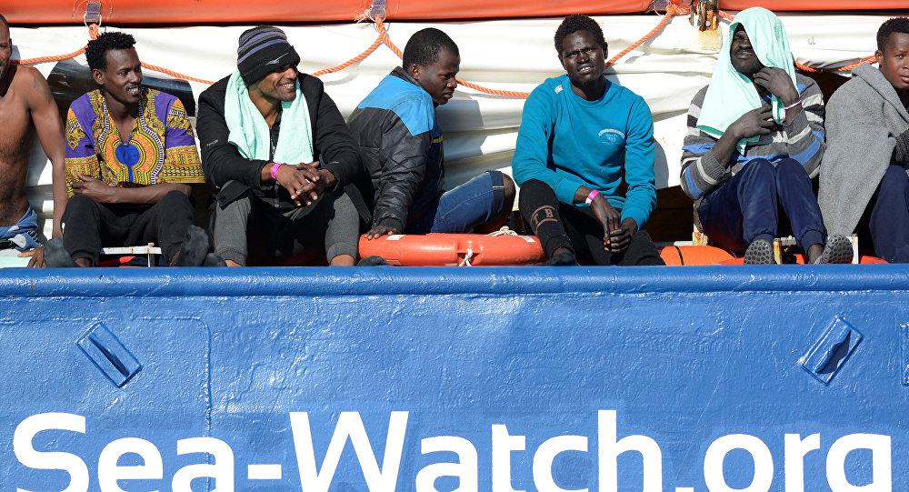 Migrantes a bordo de barco Sea Watch 3