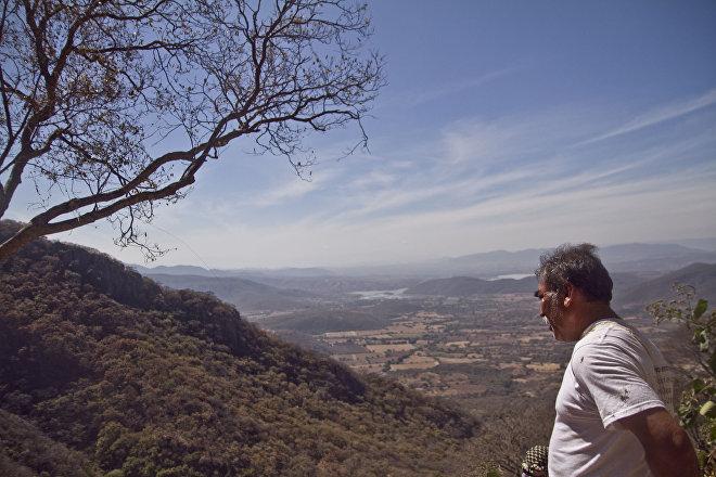 Huitzuco, Guerrero. Gladivir, de la cuarta Brigada Nacional de Búsqueda de Personas Desaparecidas, camina en los cerros en busca de fosas clandestinas.