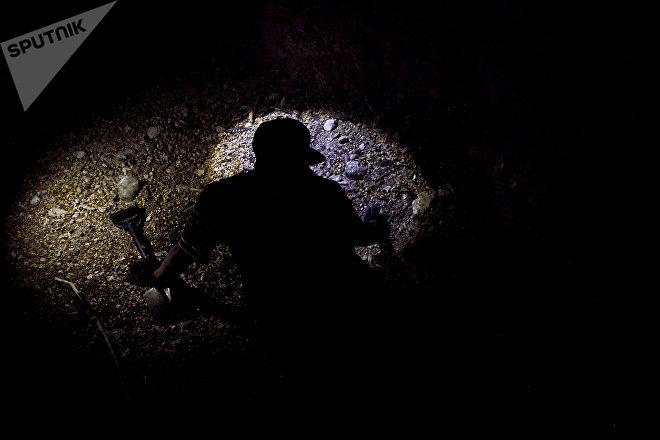 Huitzuco, Guerrero. Un joven de la cuarta Brigada Nacional de Búsqueda de Personas Desaparecidas localiza fragmentos humanos en una fosa clandestina dentro de una cueva