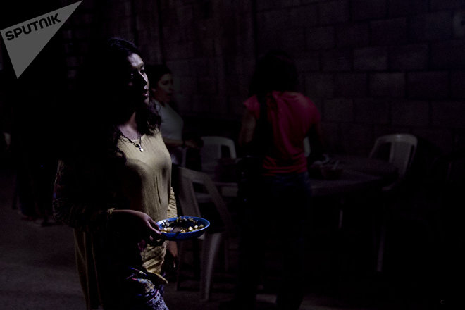 Chilpancingo, Guerrero. Mujer de la cuarta Brigada Nacional de Búsqueda de Personas Desaparecidas se retira de las fosas clandestinas al terminar la luz del día.