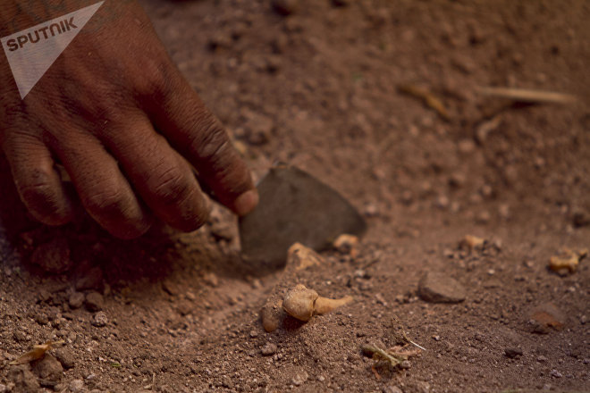 Huitzuco, Guerrero. Joven de la cuarta Brigada Nacional de Búsqueda de Personas Desaparecidas localiza fragmentos humanos en una fosa clandestina.