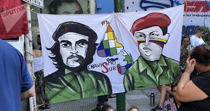 Retratos del Che Guevara y Hugo Chávez en la vigilia antiimperialista frente a la Embajada venezolana en Buenos Aires