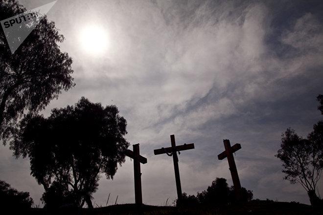 Las tres cruces características del cerro de la Estrella en Iztapalapa, Ciudad de México