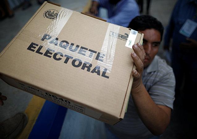 Caja con boletos de votación en San Salvador