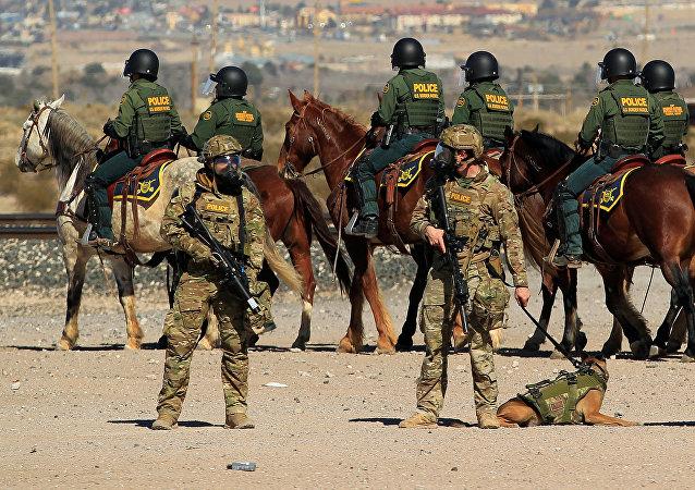 Agentes de la patrulla fronteriza de EEUU custodian la frontera con México en El Paso, el 31 de enero de 2019