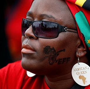 Una sudafricana partidaria del partido izquierdista radical (imagen referencial)