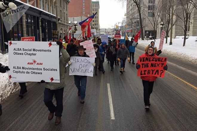 Activistas marchan en Ottawa (Canadá) contra la injerencia del Grupo de Lima en los asuntos internos de Venezuela, el 4 de febrero de 2019