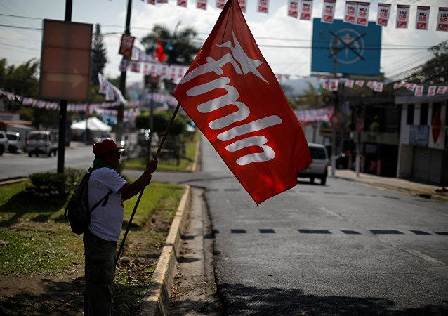 La bandera del FMLN