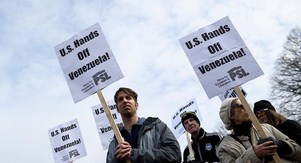 Activistas marchan contra una posible intervención en Venezuela en las afueras de la Casa Blanca en Washington