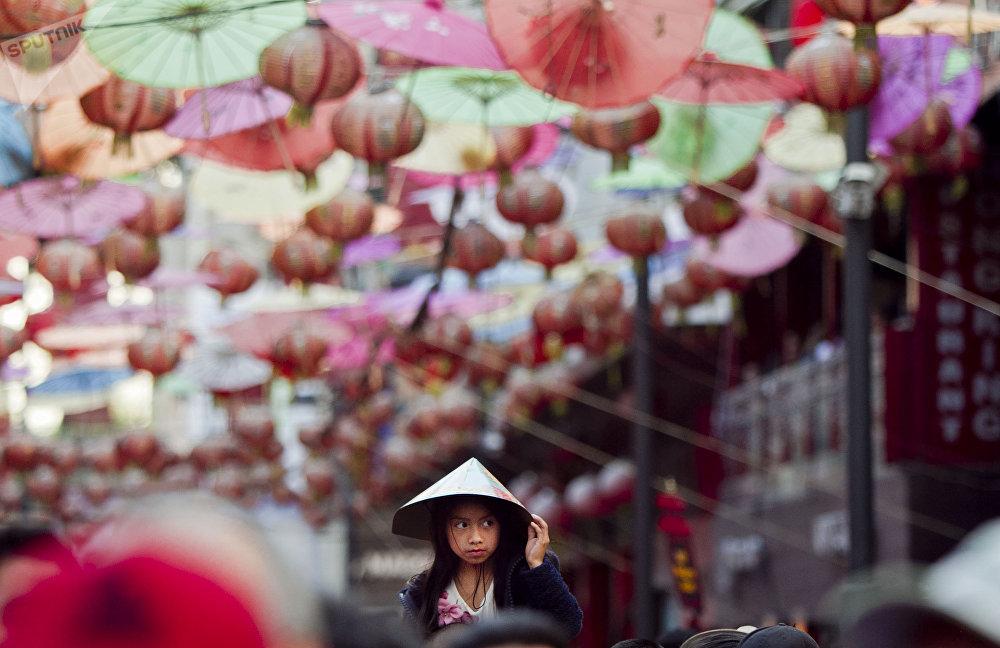 Barrio chino de la ciudad de México. Niña asiste al festejo del año nuevo 4717, del chancho de tierra