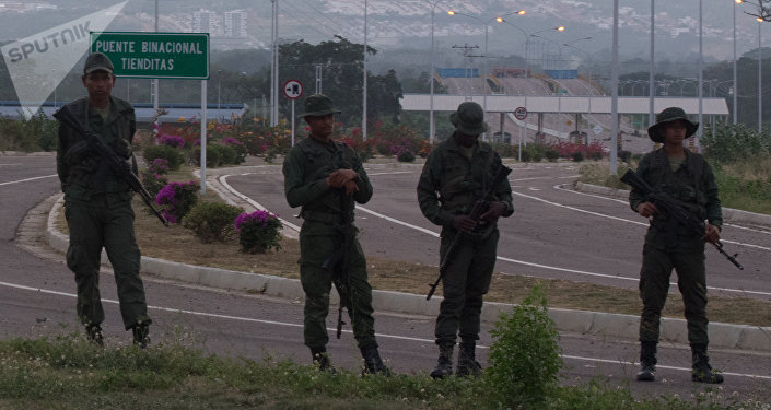Militares resguardan puente Tienditas para impedir paso de ayuda humanitaria, y obstaculizan vía con contenedores