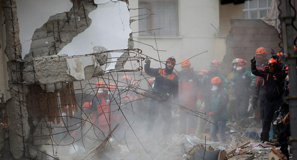 El rescate de víctimas en Estambul tras colapso de un edificio