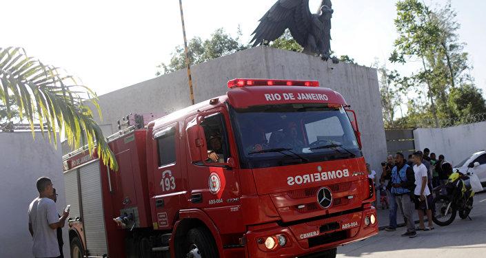 Los bomberos en el incendio en el club brasileño de fútbol Flamengo en Río de Janeiro