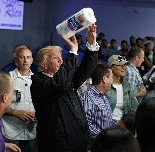 Trump lanza rollos de papel a los damnificados del huracán María en Puerto Rico